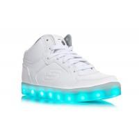 3底: Skechers 全白色閃光波鞋