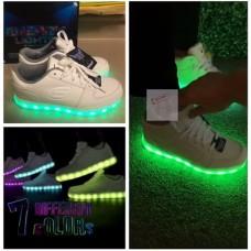 4中: Skechers 全白色閃光波鞋 (短筒款)